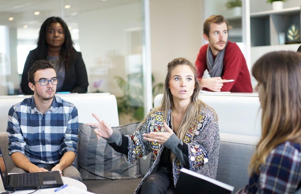 Arbeitssituation Personen im Büro im Gespräch